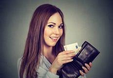 Donna che elimina a soldi le euro banconote dal portafoglio Immagine Stock