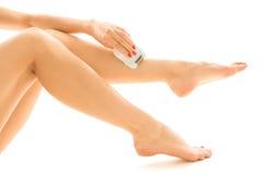 Donna che epilating il suo piedino Fotografia Stock Libera da Diritti