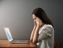 Donna che esamina computer portatile Immagini Stock Libere da Diritti