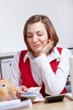 Donna che esamina euro soldi Fotografia Stock