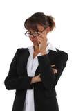 Donna che esamina i suoi vetri Immagini Stock