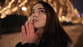 Donna che esamina il bello vicolo meraviglioso di notte decorato dalle ghirlande gialle di luminosità stock footage