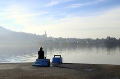 Donna che esamina il lago annecy in Francia Fotografia Stock Libera da Diritti