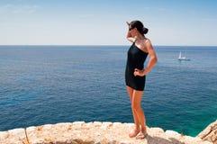 Donna che esamina il mare Immagine Stock Libera da Diritti