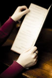 Donna che esamina il menu del Pub immagini stock