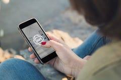 Donna che esamina il suo smartphone con una vista di 360 gradi Immagine Stock
