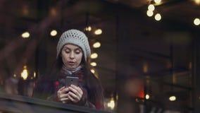 Donna che esamina il suo smartphone nella sorpresa piacevole video d archivio