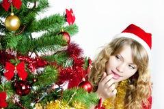 Donna che esamina l'albero di Natale fotografia stock libera da diritti