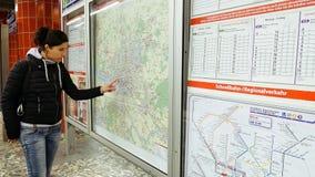 Donna che esamina la mappa della metropolitana del sottopassaggio Fotografie Stock Libere da Diritti