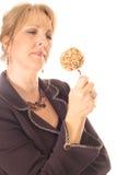 Donna che esamina la mela di caramella fotografia stock libera da diritti