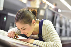 Donna che esamina la qualità stampa con la lente immagini stock libere da diritti