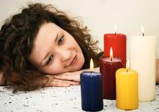 Donna che esamina le candele Immagini Stock