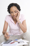 Donna che esamina le carte di credito Immagini Stock Libere da Diritti