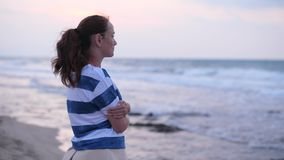 Donna che esamina le onde del mare archivi video