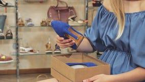 Donna che esamina le sue nuove scarpe archivi video
