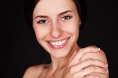 Donna che esamina macchina fotografica e sorridere Immagini Stock