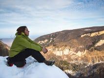 Donna che esamina meditatamente la distanza Fotografia Stock