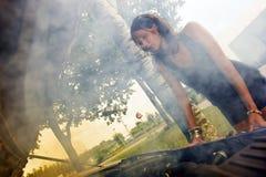 Donna che esamina motore saltato Fotografia Stock Libera da Diritti