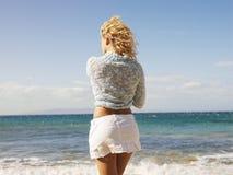 Donna che esamina oceano immagini stock libere da diritti