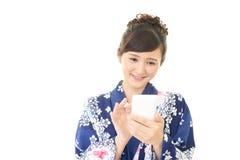 Donna che esamina Smart Phone fotografia stock libera da diritti