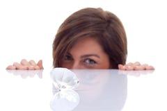 Donna che esamina un grande diamante fotografia stock