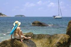 Donna che esamina un yacht Fotografie Stock