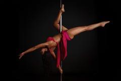 Donna che esegue ballo del palo Fotografie Stock Libere da Diritti