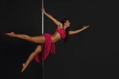 Donna che esegue ballo del palo Immagini Stock Libere da Diritti