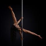 Donna che esegue ballo del palo immagini stock