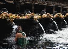 Donna che esegue cerimonia di depurazione delle acque fotografia stock