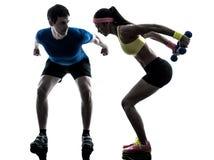 Donna che esercita addestramento del peso di forma fisica con la vettura dell'uomo Fotografia Stock Libera da Diritti