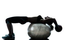 Donna che esercita allenamento della palla di forma fisica Fotografia Stock