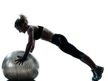 Donna che esercita allenamento della palla di forma fisica   siluetta Immagini Stock
