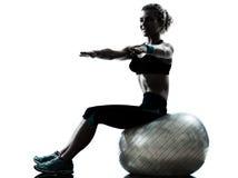 Donna che esercita allenamento della sfera di forma fisica Immagine Stock Libera da Diritti