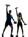 Donna che esercita allenamento di forma fisica con la siluetta della vettura dell'uomo fotografie stock