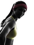 Donna che esercita il ritratto sorridente della siluetta di allenamento di forma fisica Immagine Stock