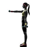 Donna che esercita la siluetta di addestramento del peso di allenamento di forma fisica Fotografie Stock Libere da Diritti