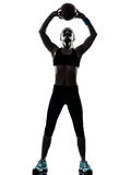Donna che esercita la siluetta di allenamento della palla di forma fisica fotografia stock