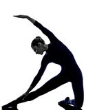 Donna che esercita la siluetta di yoga di posa del portone di parighasana Immagini Stock Libere da Diritti
