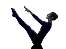 Donna che esercita la siluetta di yoga di posa della barca di navasana di paripurna Immagini Stock Libere da Diritti