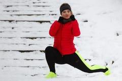 Donna che esercita le gambe fuori durante l'inverno Immagini Stock Libere da Diritti