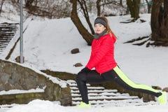 Donna che esercita le gambe fuori durante l'inverno Fotografie Stock Libere da Diritti
