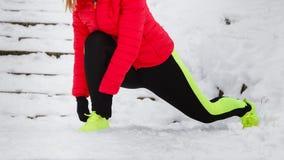 Donna che esercita le gambe fuori durante l'inverno Fotografia Stock Libera da Diritti