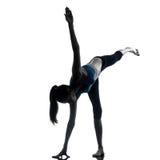 Donna che esercita posizione del guerriero di yoga Fotografia Stock Libera da Diritti