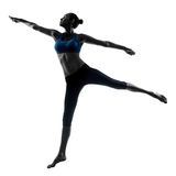 Donna che esercita salto allungando dancing Fotografia Stock