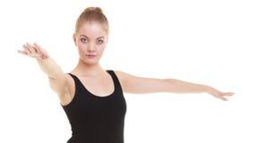 Donna che esercita salto allungando dancing Immagini Stock