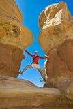 Donna che esplora il deserto fotografia stock