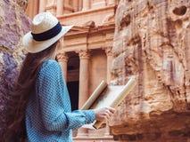 Donna che esplora la citt? di viste di PETRA fotografie stock