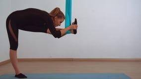 Donna che fa addestramento di yoga della mosca video d archivio