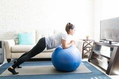 Donna che fa allenamento dei pilates a casa Fotografia Stock Libera da Diritti